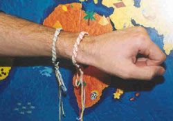 Avant mon départ, les enfants s'étaient regroupés pour me fabriquer un bracelet porte-bonheur