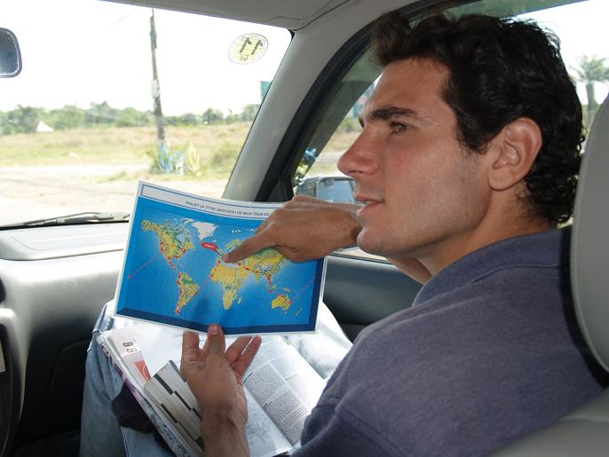 mon classeur regroupant photos et articles de mon tour du monde