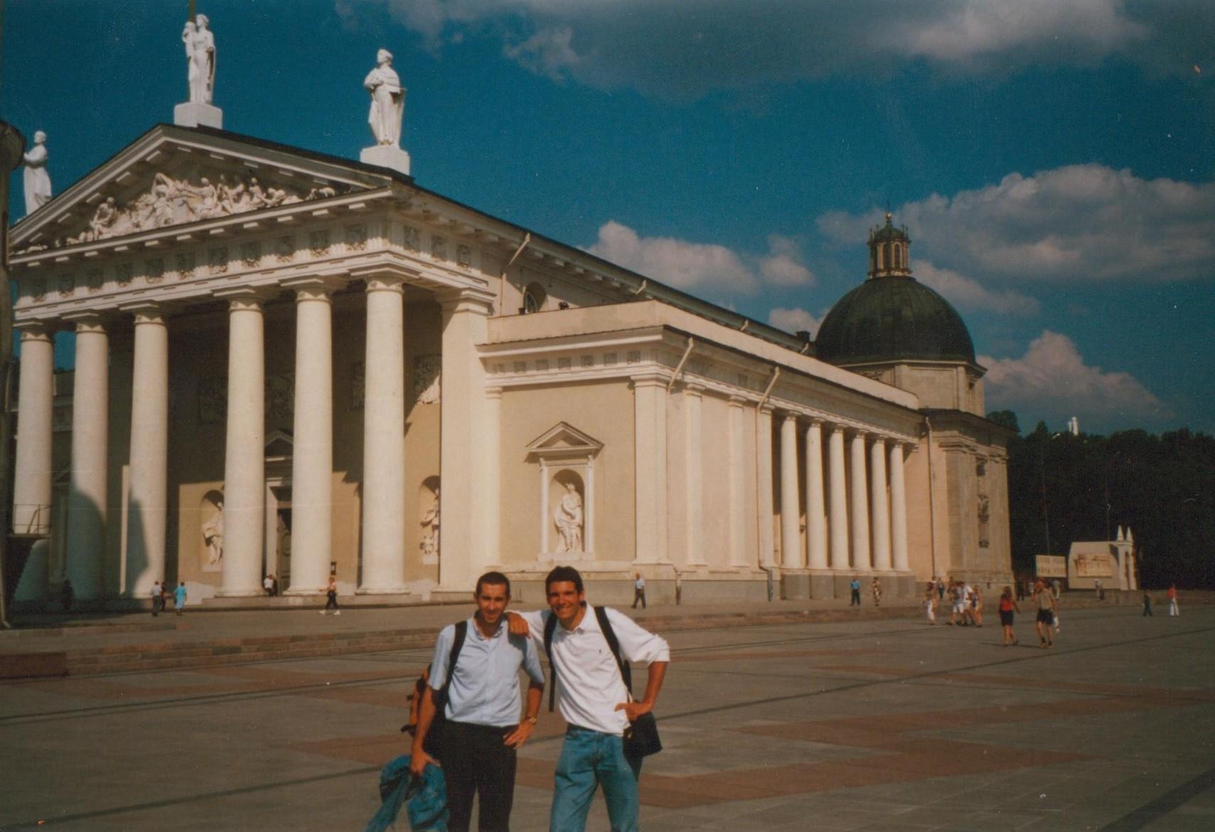 A Vilnius, capitale de la Lituanie, avec Jean-Luc lors du tour d'Europe, prélude au tour du monde