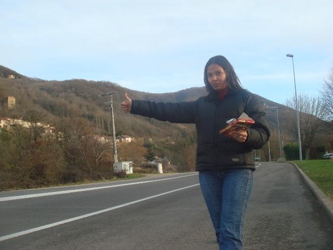 Marisol au bord de la route le pouce levé
