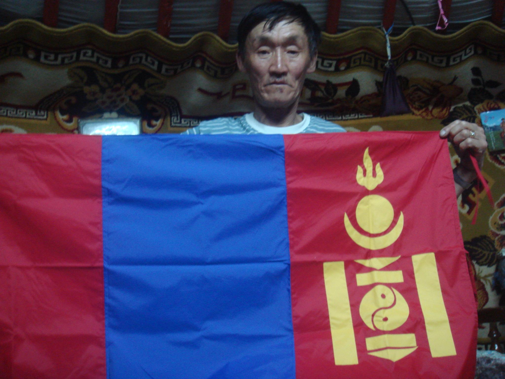 un de mes hôtes avec un drapeau de la Mongolie