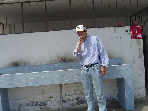 Lavage de dents dans une station service en Equateur. Je me lavais où je pouvais quand je pouvais, aucune règle prédéfinie.