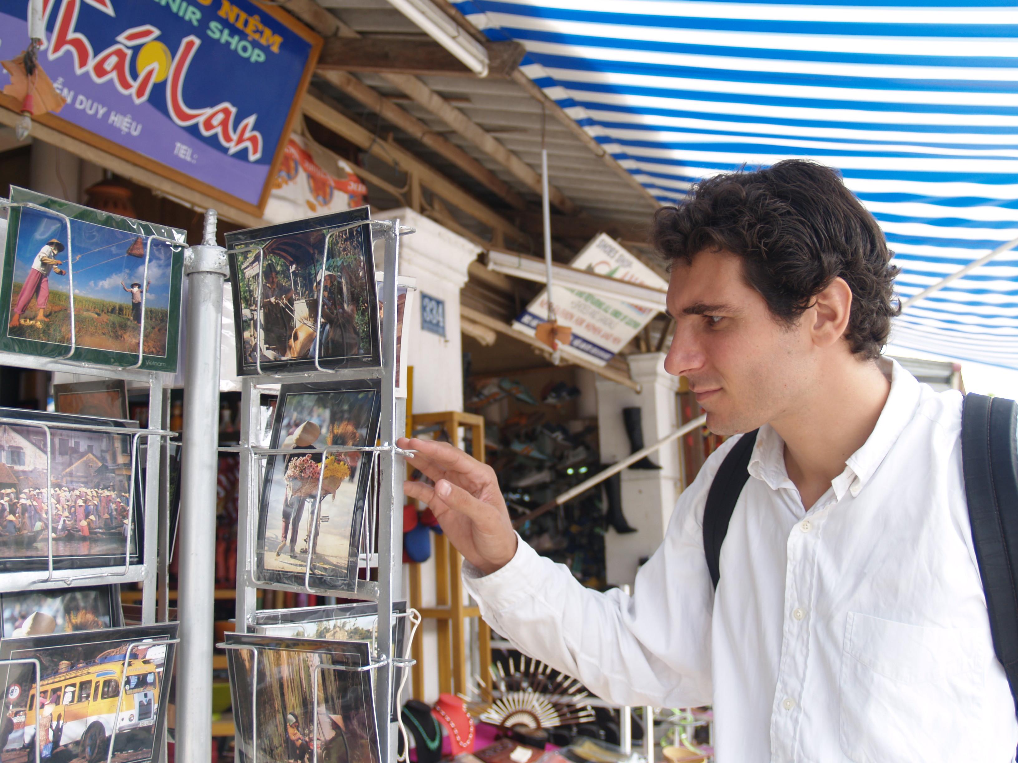 Achat de cartes postales au Viêt-Nam